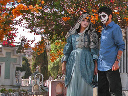 Pareja de actores, posando en el cementerio.